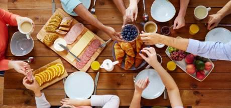 Buiten de deur ontbijten in trek