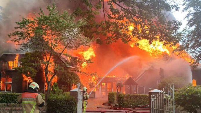 Een enorme vlammenzee in Nijverdal maandagmiddag, op de plek van de Bowlingboerderij