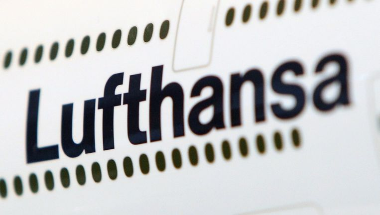 Het logo van Lufthansa op een vliegtuig. Beeld afp