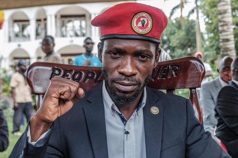 Bobi Wine kan weer bezoek ontvangen in zijn woning in de hoofdstad Kampala, al vloog er na zijn vrijgave wel een politiehelikopter boven zijn huis.  Beeld AFP