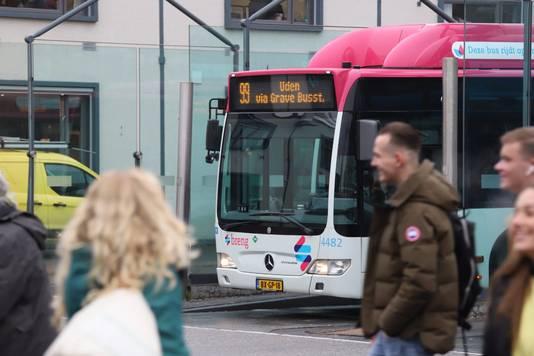 Buslijn 99 op het station in Nijmegen.