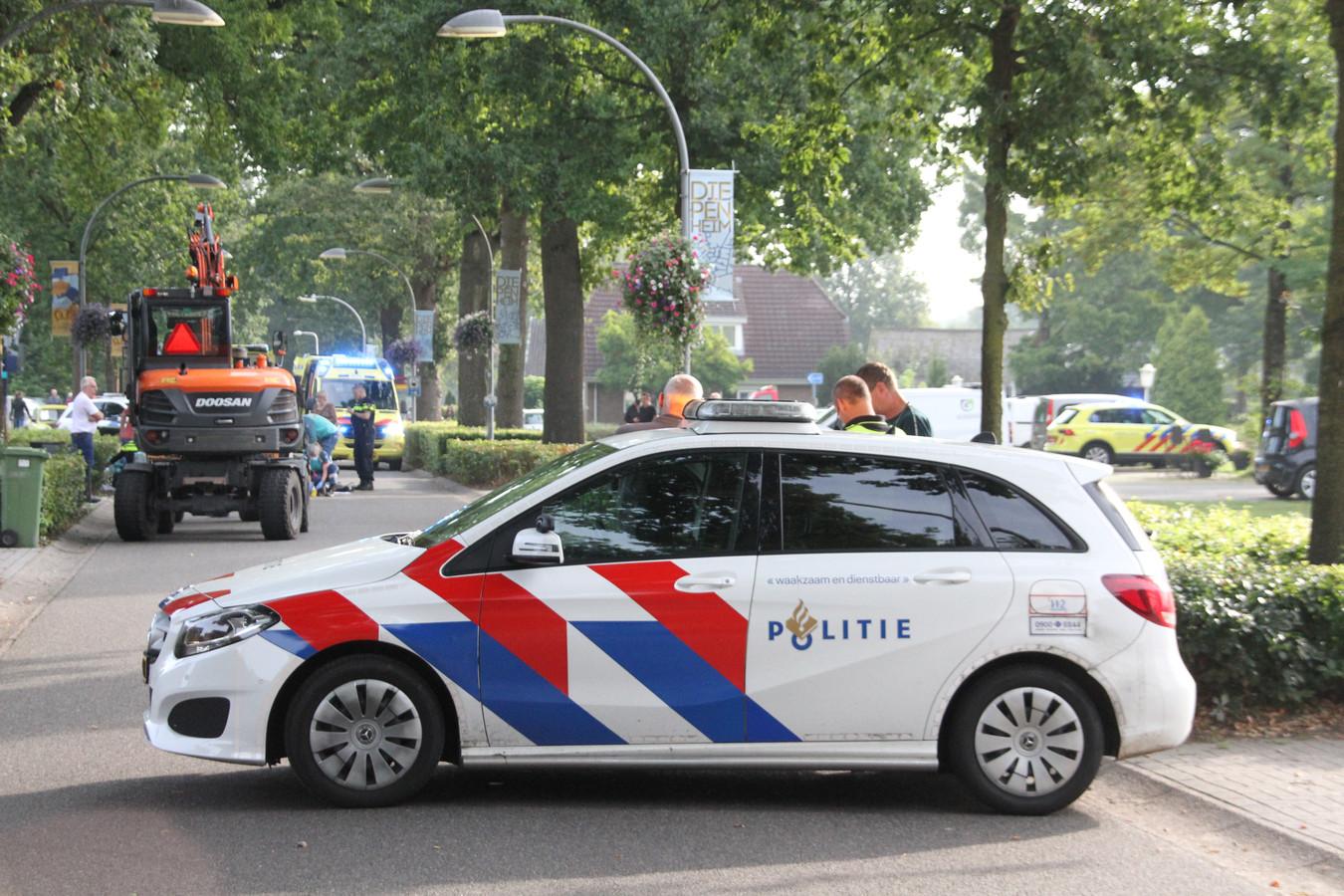 De weg is door de politie afgezet.