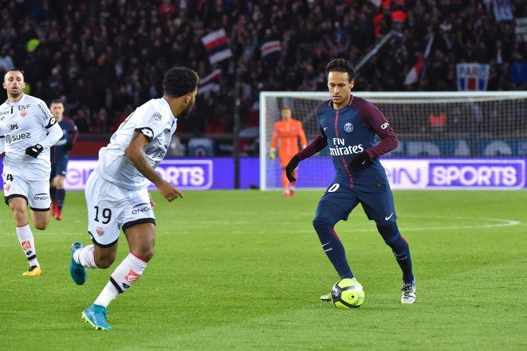 Neymar in actie tegen Dijon. Tv-rechten zijn de oorzaak van de terugval in omzet van Paris Saint-Germain. Beeld Photo News