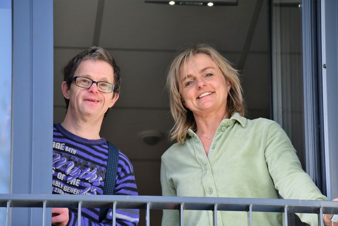 Arnold Smetsers met zijn woonbegeleidster Antoinet Hems van Lunet zorg bij Ons Hofje in Oirschot. Arnold is zaterdag vijftig jaar geworden.