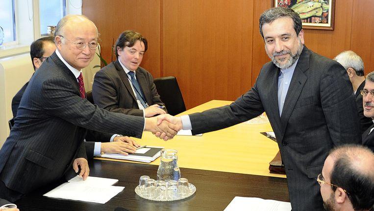 Oktober vorig jaar: de Iraanse minister van Buitenlandse Zaken Araghchi (rechts) schudt de hand van IAEA-directeur Amano. Beeld ap