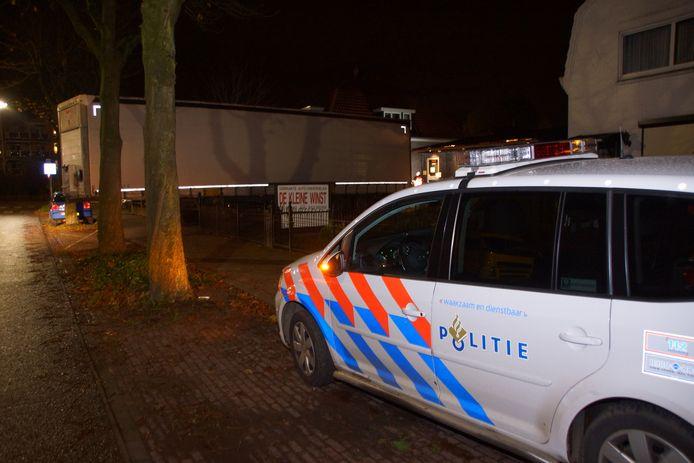 Inval van de politie bij een autosloperij aan de Houtlaan in Nijmegen.
