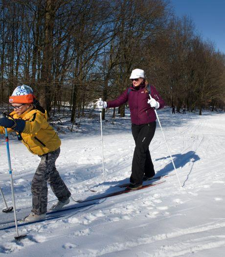 Langlaufen op de laatste sneeuwresten op voormalige golfbaan in Zoelen: 'Het loopt storm'