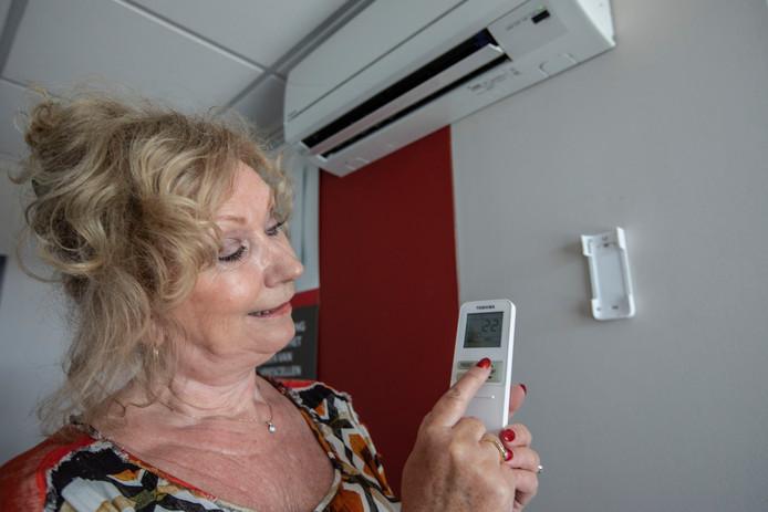 Marlie de Wilde van Vekah Koudetechniek in Helmond geeft advies over het instellen van de airco.