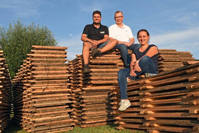 De organisatie van Oosteind Spektakel neemt even tijd. Vlnr: Joost van Dongen, Niels Timmermans en Angela Severijns.