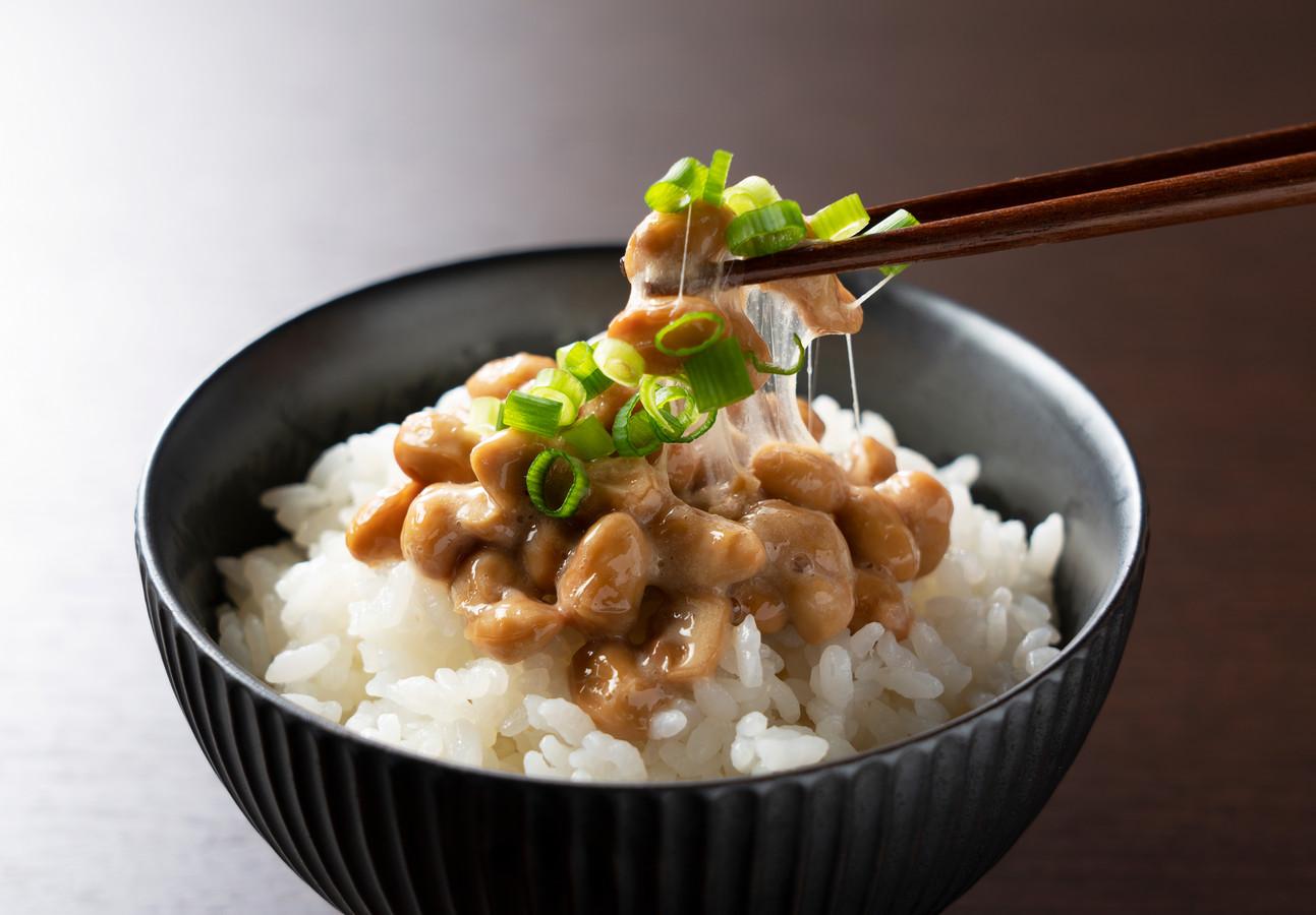Natto: gefermenteerde sojabonen die veel vitamine K2 bevatten.