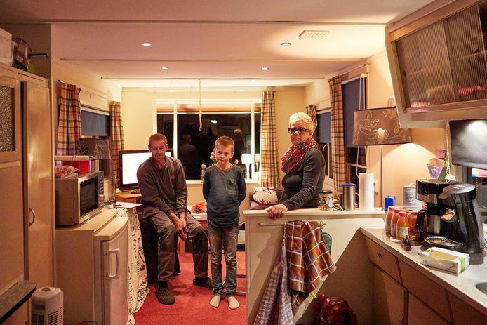 Harry, Jordy en Marijke Nijland in hun stacaravan op de camping in Vorden.
