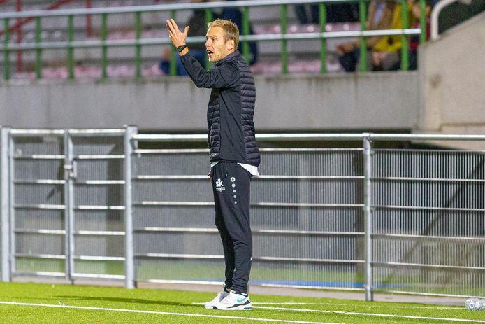 Sam Goethals met de coaching langs de zijlijn. Dit beeld van hem zien we volgend seizoen niet meer bij SK Ronse. De onzekerheid over de toekomstplannen van de club deden hem beslissen om ermee te stoppen als T1 bij de tweedenationaler.