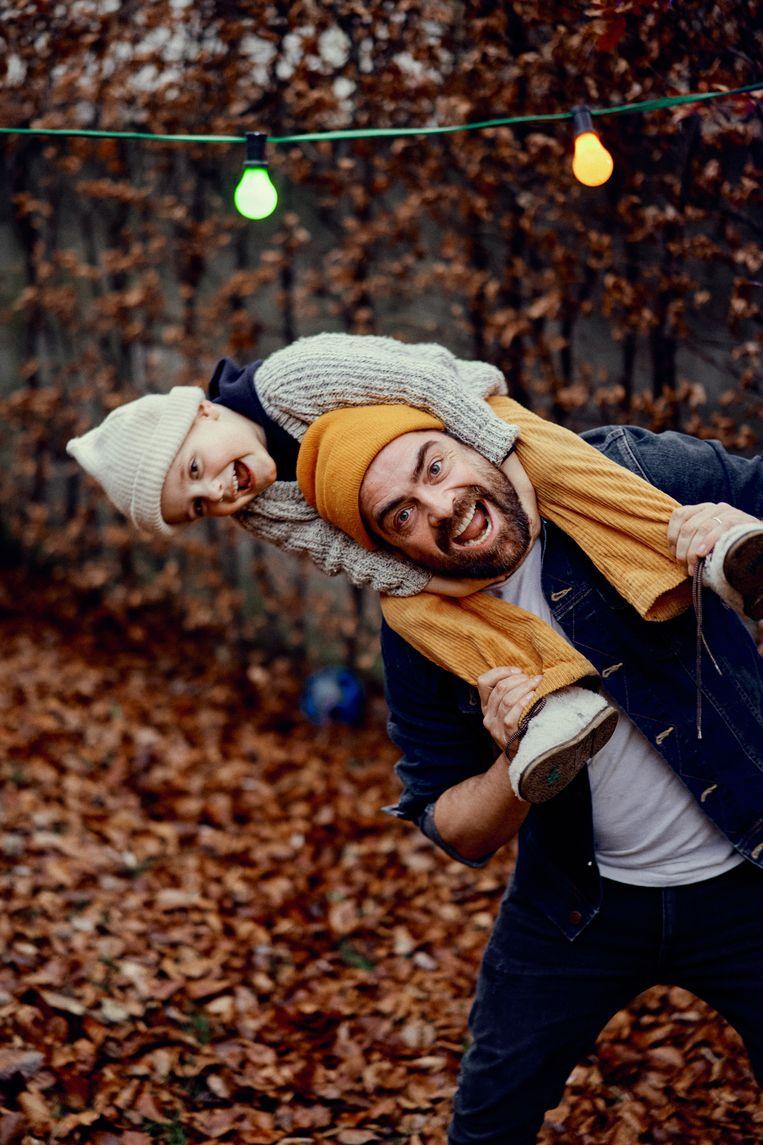 Met zoon Rover: 'Een kind met kanker hebben is verschrikkelijk, maar het geeft je wel de kans om er heel actief van te houden.' Beeld Thomas Sweertvaegher