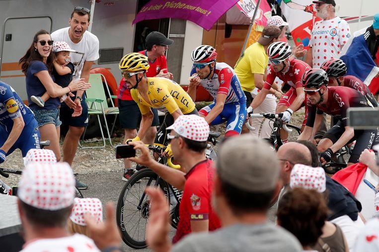 Julian Alaphilippe, met Thibaut Pinot in zijn spoor, bedwingen de Col du Tourmalet. Beeld EPA