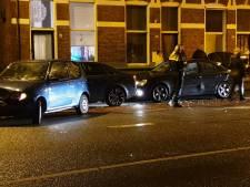 Bestuurder verliest controle en ramt geparkeerde auto's in Enschede