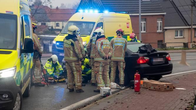 Porsche-bestuurder (66) rijdt onder invloed frontaal in op BMW in Wetteren: vrouw in levensgevaar, man ook al betrokken bij ongeval in Erpe-Mere