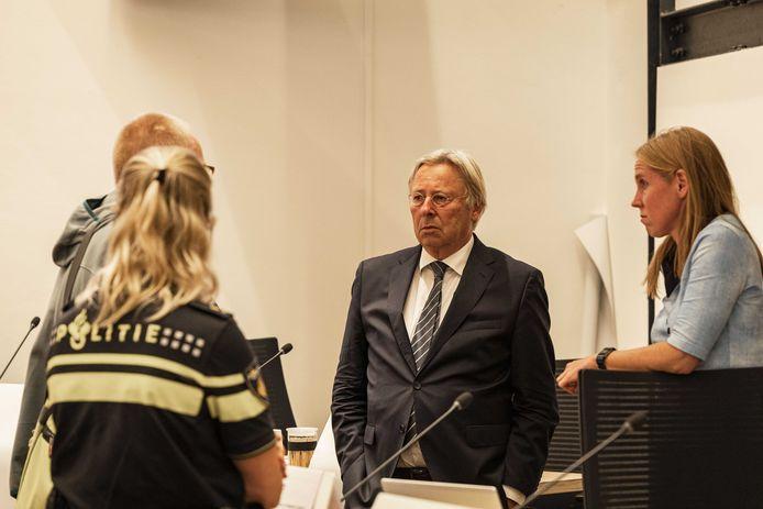 Peter den Oudsten, waarnemend burgemeester van Utrecht, in gesprek met politie tijdens de schorsing in een speciale commissievergadering van de gemeenteraad, over de onlusten die onlangs in een aantal wijken waren.