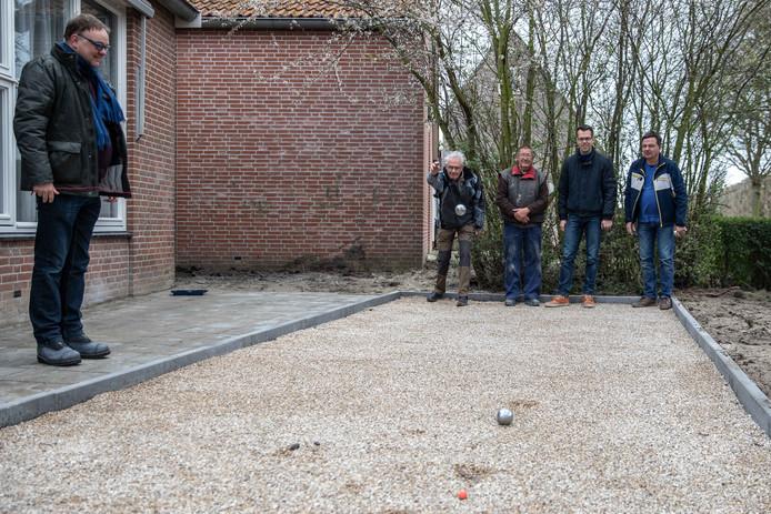 Kattendijke krijgt een jeu-des-boulesbaan. Een initiatief van de dorpsvereniging. Jacco van damme, Lejo de Regt, Henk Kesteloo, wethouder Derk Alssema en Piet Weststrate (vlnr) proberen de baan uit.