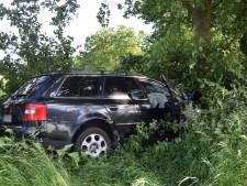 Auto mist bocht in Wijnbergen, rijdt lantaarnpaal uit de grond en botst tegen boom: bestuurder gewond
