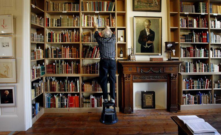 2012-11-22 HAARLEM - Belangstellenden bekijken werken uit de boekencollectie van Gerrit Komrij tijdens kijkdagen van de veiling. Een deel van de bibliotheek van de dichter, die in juli overleed, komt onder de hamer. ANP ADE JOHNSON Beeld ANP