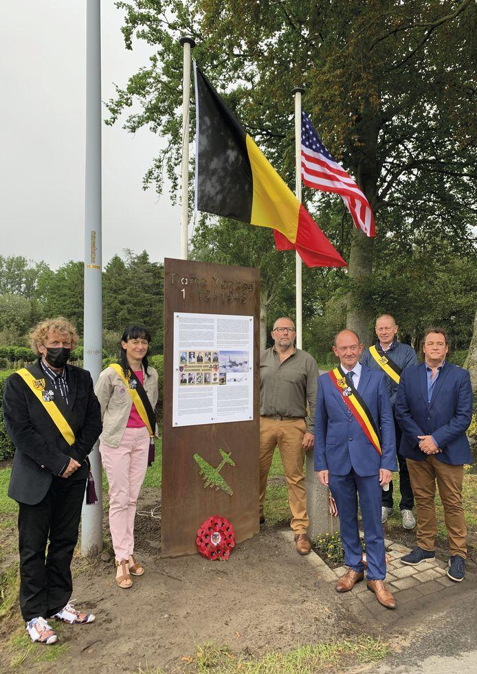 Het infobord werd ingehuldigd door het gemeentebestuur en oorlogskenner Luc Packo (rechts van het bord).