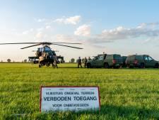 Apache maakt voorzorgslanding in een weiland bij Waspik