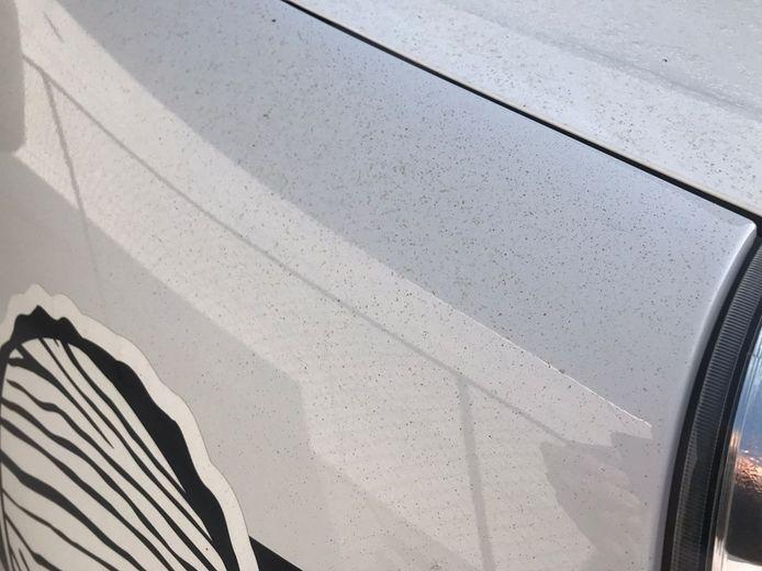 Op verschillende wagens in Zwevezele ligt een roodbruine stoflaag