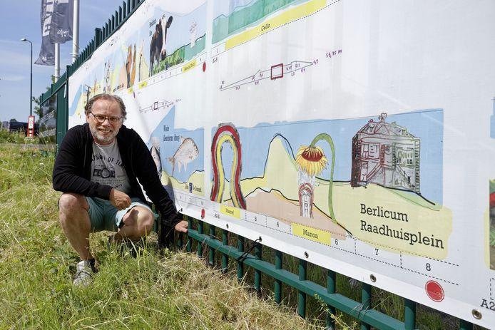 Kunstenaar Marcel Rus bij de ontwerpen die aan het hek hangen bij Cello in Gestel.