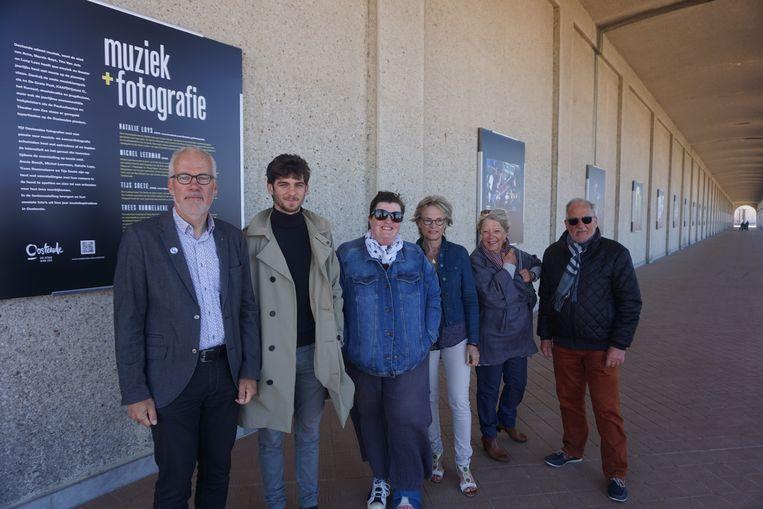 Expo 'Muziek & Fotografie' met (vlnr) schepen Bart Plasschaert, Tijs Soete, Natalie Luys, Trees Rommelaere, Annie Boedt en Michel Leerman.
