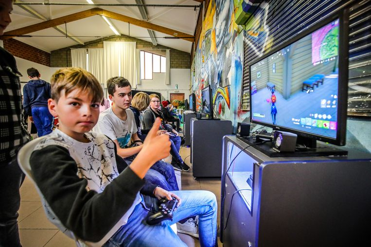 In de groep is de sfeer ontspannen. Doordat er onvoldoende spelconsoles zijn, moeten de jongeren goed afspreken met elkaar en soms eens samen gamen.