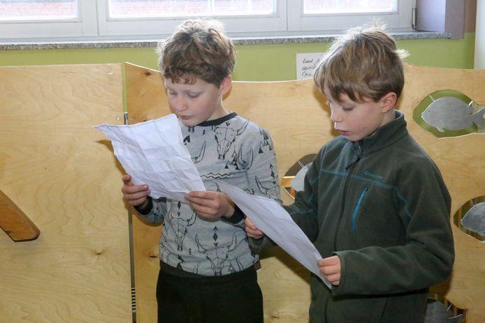 Enkele leerlingen lezen een tekst voor