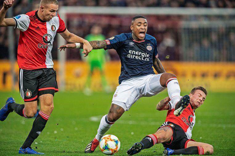 PSV'er Steven Bergwijn wordt door twee Feyenoorders, Sven van Beek en Jordy Clasie, van de bal gezet. Beeld Guus Dubbelman / de Volkskrant