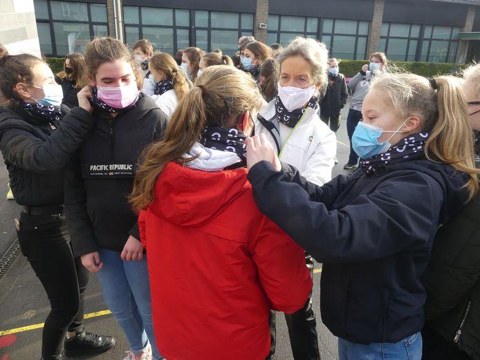 Schepen van Onderwijs Trees Van Hove en burgemeester Jan Vermeulen kwamen de nekwarmers uitdelen op Leiepoort campus Sint-Theresia.