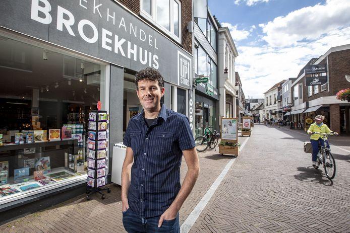 Nick Riesthuis voor de nieuwe boekenwinkel van Broekhuis aan de Grootestraat 17.