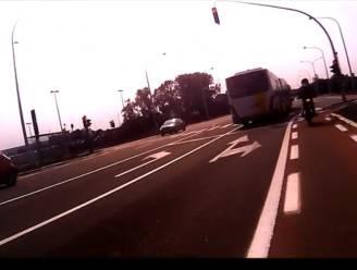 Bus van De Lijn rijdt eerst bromfietsers van de baan en negeert vervolgens rood licht op Zelzatebrug