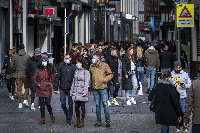 Winkelend publiek in het centrum van Amsterdam, tijdens een koopzondag in november.  Beeld ANP