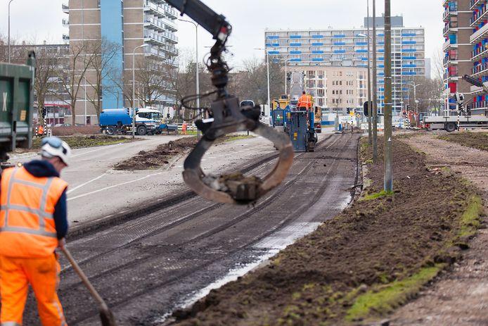 Groot onderhoud aan de President Kennedylaan in Alphen. Nu vormt dit deel van de Alphense verkeersader juist de alternatieve route voor automobilisten die niet over de Veldbloemweg kunnen.