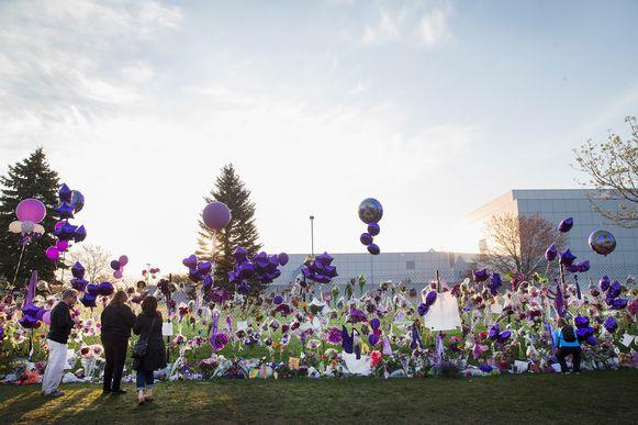 Een bloemenzee en paarse ballonnen aan Paisley Park.