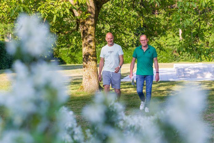 Fervent wandelaar Wil van Dungen (r) heeft met steun van citymarketeer Gert-Jan van Gerven wandelroutes  uit alle gemeentekernen op papier.