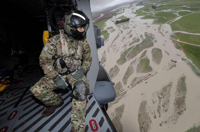 Een soldaat tijdens een vlucht boven het getroffen gebied.