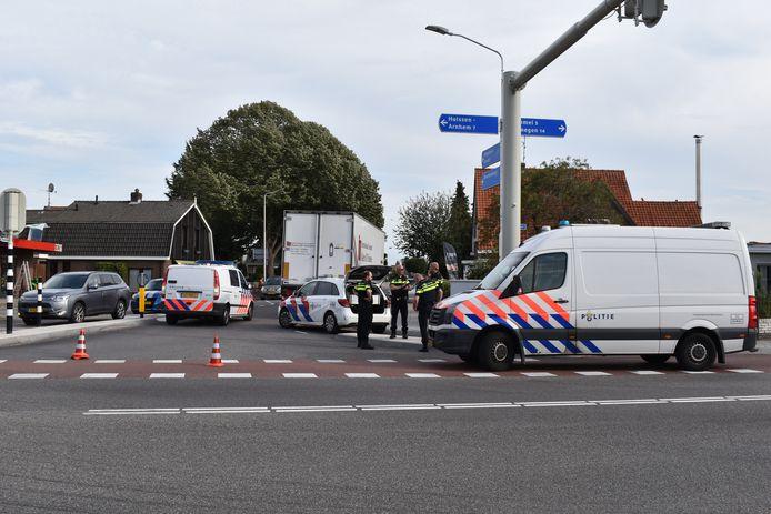 Onderzoek door de politie na het ongeluk tussen een fietsster en een vrachtwagen in Huissen.