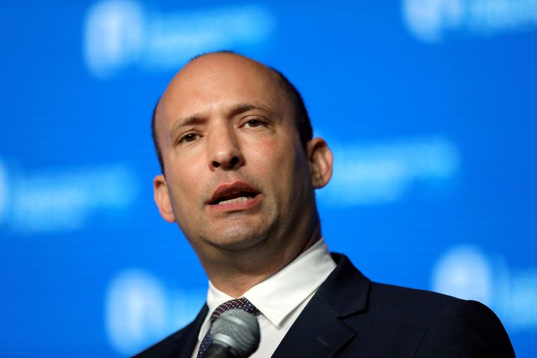 Om Naftali Bennett, de leider van de rechtse partij Yamina, over de streep te trekken, heeft Lapid hem het premierschap aangeboden – ook al heeft Yamina slechts zeven zetels.  Beeld REUTERS