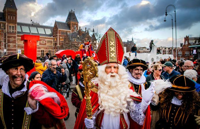 Sinterklaas en Pieten komen in 2018 aan op het Museumplein om te schaatsen op de ijsbaan.