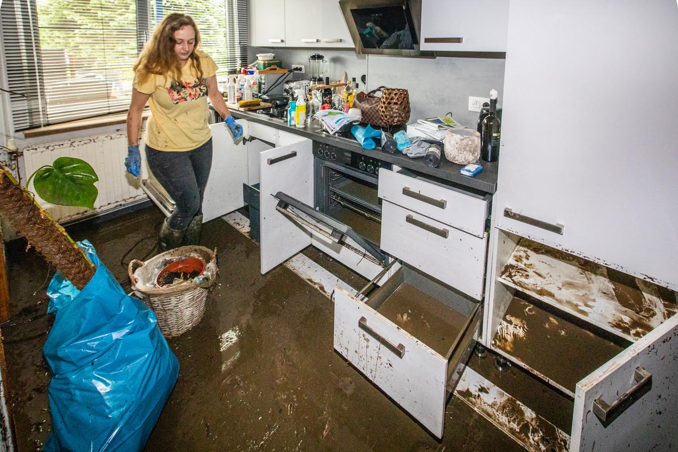 Charlotte Conraads (25) zag haar keuken verwoest worden. De keuken staat er nog maar 1,5 jaar in, sinds de vorige zware overstroming uit 2018.