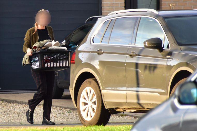 Een speurder brengt persoonlijke spullen weg die op vraag van de familie nog uit de woning in de Ketsersstraat mochten gehaald worden.