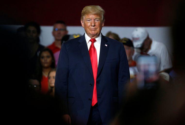 Volgens Donald Trump lijken zijn haar en zijn huid oranje gekleurd vanwege de spaarlampen die tegenwoordig overal worden gebruikt. Beeld REUTERS