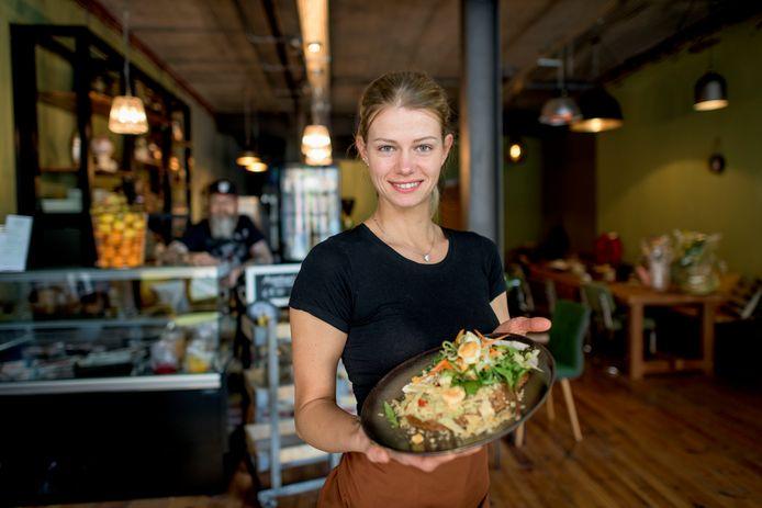 Lysa Aaltink opent vandaag haar restaurant, waar onder andere gezonde gerechten op het menu staan.