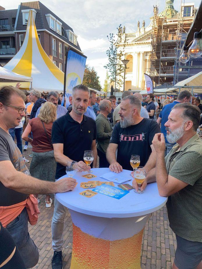 Niels Dictus (rechts) geniet met zijn vrienden van een Blonde van brouwerij De Vaanbrouwer op het Bierfestival Oudenbosch