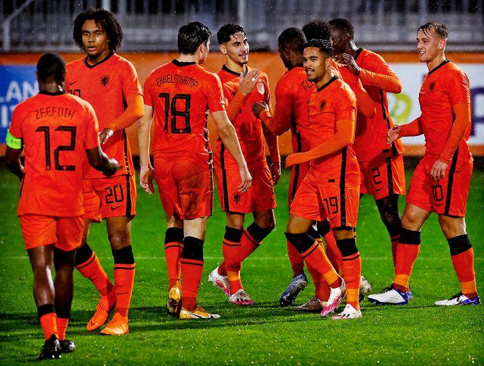De speler van Jong Oranje vieren een doelpunt tegen Jong Belarus.
