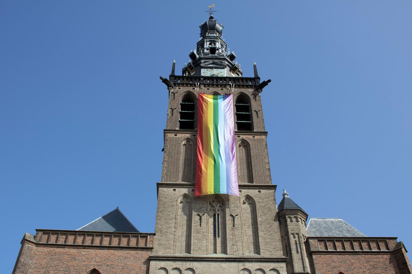 De regenboogvlag aan de Stevenskerk.